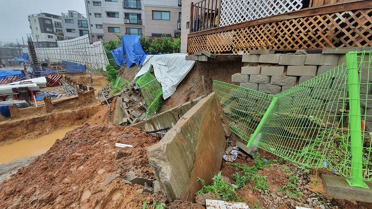 <속보>-신축건물 현장 공사중 인근 빌라 축대 무너져
